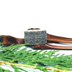 Anel Arabescos e Bolinhas – Prata 925 – Índia – Prata & Co. | Joias em Prata – CNPJ 24.984.451/0001-79 – Design by Brtem Garlic, Design, Handmade Chain Jewelry, Arabesque, Polka Dot, Silver, Jewels, Carnelian