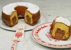 Ένα λαχταριστό, αφράτο, μυρωδάτο και πεντανόστιμο κέικ πορτοκαλιού γεμιστό με μους σοκολάτας. Σκέφτεστε κάτι καλύτερο από αυτό το πρωτότυπο και Sweet Tooth, French Toast, Cheesecake, Muffin, Food And Drink, Pudding, Cupcakes, Sweets, Dinner