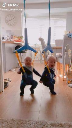 Cute Funny Baby Videos, Cute Funny Babies, Cute Baby Pictures, Funny Videos For Kids, Funny Kids, Cute Little Baby, Cute Baby Girl, Little Babies, Baby Life Hacks