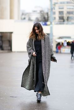 I love to layer clothes in winter, and this gray coat is perfect for layering. Here are some tips on how to wear a gray coat: French Fashion, Look Fashion, Paris Fashion, Street Fashion, Womens Fashion, Winter Fashion Outfits, Autumn Fashion, Summer Outfits, Looks Street Style
