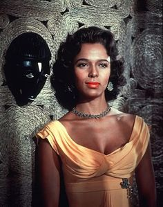Best known for being the first African-American actress to be nominated for an Academy Award for Best Actress (for her performance in the 1954 film Carmen Jones) Dorothy Dandridge also had flawless grace and style Dorothy Dandridge, Love Vintage, Vintage Black Glamour, Old Hollywood Glam, Classic Hollywood, West Hollywood, Etta Jones, Divas, Glamour Hollywoodien