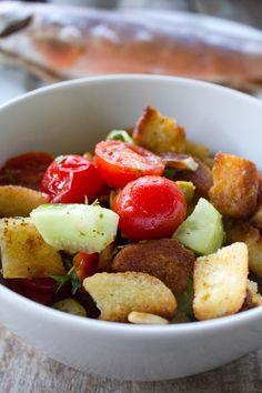 Tomaten-Brotsalat, italienischer Salat mit geröstetem Brot, Tomaten, Salatgurke, Oliven. Lecker zu Fisch und zum Grillen. Und hier ist das Rezept http://wolkenfeeskuechenwerkstatt.blogspot.de/2011/08/tomaten-brotsalat-mit-saibling.html