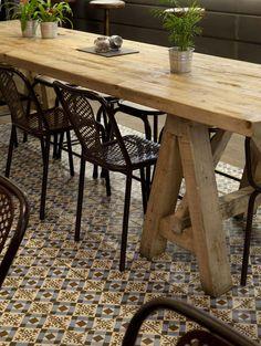 Imágenes de las sillas vintage TRIBECA en la cafetería Café&Tapas de Madrid