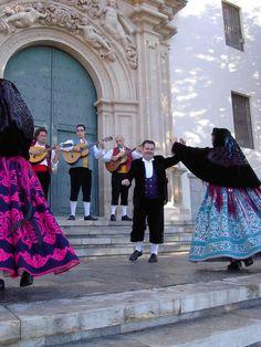Frente al Santuario de Nuestra Señora de la Fuensanta.Indumentaria tradicional murciana.