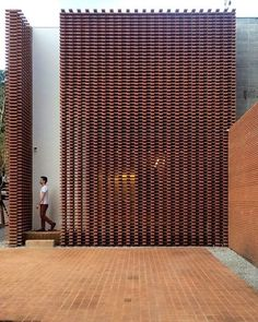 Completed in 2017 in Pinheiros, Brazil. Images by Denilson Machado – MCA Estúdio. Studio Guilherme Torres is a company of talents, composed by his founder and by his enfant terribles – the architects Rafael Miliari and Enrico Beer. Brick Design, Facade Design, Exterior Design, Brick Architecture, Architecture Details, Interior Architecture, Brick Facade, Facade House, Brick Works