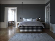 Till vänster om sängen ser ni AJ bordlampan i svart - Hästens Bed - Continental