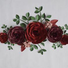 La imagen puede contener: flor y planta Paper Flowers Craft, Paper Flower Backdrop, Flower Crafts, Diy Flowers, Fabric Flowers, Giant Paper Flowers, Paper Roses, Paper Decorations, Flower Decorations