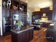 Traditional Kitchen Photos Dark Cabinetry Design, Pictures, Remodel, Decor and Ideas - page 3 Wood Floor Kitchen, Kitchen Flooring, Nice Kitchen, Awesome Kitchen, Kitchen Tips, Kitchen Ideas, Home Goods Decor, Home Decor Furniture, Home Kitchens