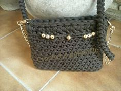 Bolso en chocolate con detalles en oro by Crochet o ganchillo