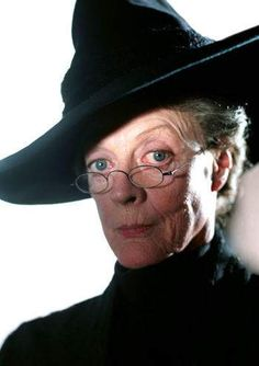 Hogwarts Quiz: What % Minerva McGonagall Are You? This Harry Potter personality quiz will figure out what percentage you are like Transfiguration professor Minerva McGonagall. Maggie Smith, Mundo Harry Potter, Harry Potter Characters, Harry Potter World, Harry Potter Portraits, Harry Potter Professors, Hogwarts Professors, Hogwarts Alumni, Lito Rodriguez
