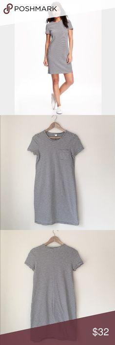 Old Navy Gray Stripe Pocket Tee Dress Super comfy & cute gray stripe pocket tee dress by Old Navy. Short sleeve. 100% cotton. Size Small. EUC. Old Navy Dresses