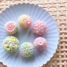 Japanese Wagashi, Japanese Cake, Japanese Snacks, Japanese Sweets, Food Art Lunch, Wagashi Recipe, Rainbow Desserts, Cute Food Art, Colorful Drinks