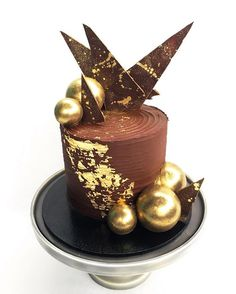 Chocolate sphere loving...... Dark chocolate mud cake filled with chocolate/caramel swiss meringue buttercream and coated in dark chocolate ganache. Decorated with edible gold leaf, gold splattered chocolate sails and gold dusted dark chocolate spheres ⭐️✨