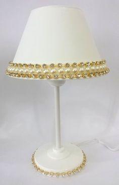 Abajur decorado com pérolas Lampshade Designs, Button Crafts, Lamp Shades, Diy And Crafts, Mosaic, Shabby Chic, Table Lamp, Retro, Antiques
