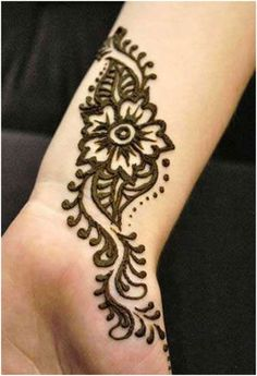 Since the wedding season is in, here is a list of the Simple Arabic Mehndi Designs for Full Hands Images. A gorgeous ethnic outfit is incomplete without an equally magnificent mehndi. Henna Tattoo Designs, Henna Tattoos, Hawaiianisches Tattoo, Tattoo Bein, Girly Tattoos, Foot Tattoos, Tattoo Ideas, Henna Designs Wrist, Mandala Tattoo
