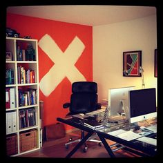 not crazy about the walls, but I love the set up in this office. It feel organized and productive