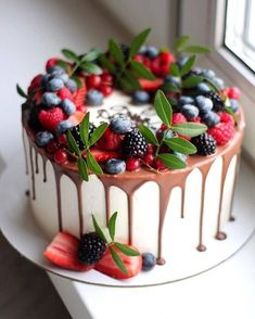 New cake decorating berries decoration Ideas Pretty Cakes, Beautiful Cakes, Amazing Cakes, Cupcakes, Cupcake Cakes, Cake Decorating Piping, Cake Pop Displays, Merry Berry, Mom Cake