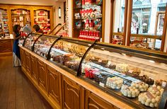 Chocolate store Corné Port Royal at Galerie de la Reine, Brussels(c)Pieter Heremans. NOM NOM! Chocolate World, Chocolate Bark, Chocolate Stores, Candy Shop, Retail Shop, Coffee Art, Small World, World Traveler, Retail Design
