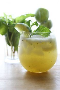 Pineapple No-jitos. A refreshing mocktail mojito with fresh pineapple mint lime and sparkling water. Non Alcoholic Cocktails, Cocktail Drinks, Cocktail Recipes, Drink Recipes, Healthy Drinks, Healthy Recipes, Snacks Für Party, Pineapple Mint, Brunch