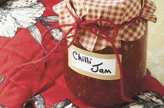 Tomato chilli chutney This is a great spicy and tangy, non-fat accompaniment to many dishes. It is also a great gift to foodies both vegetarian and meateaters. Jam Recipes, Spicy Recipes, Brunch Recipes, Savoury Recipes, Tomato Chilli Jam, Tomato Chutney, Chilli Chutney Recipes, Homemade Horseradish, Jar Of Jam