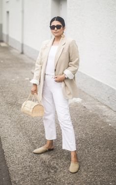 From casual to dressy, if you're looking for white jeans outfit ideas to wear this summer, step right this way for major styling inspiration. Casual Summer Outfits, White Outfits, Simple Outfits, Jean Outfits, Cool Outfits, Fashion Outfits, Womens Fashion, Fashion Advice, Fashion Shoes