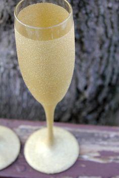 Love these gold sparkly champagne glasses! #wedding #gold #details #glitter #glam