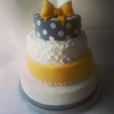 Szary tort weselny, tort w stylu angielskim, białe grochy, żółta kokarda, tort weselny z kokardą, tort z białymi płatkami