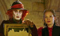 Alice No País das Maravilhas é bagunçado e pouco interessante, mas Alice Através do Espelho consegue ser ainda pior.