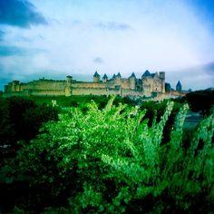 En pays Cathare, belle et insoumise la #citemedievale de #carcassonne domine toujours la vallée de l'Aude... #architecture #patrimoinemondial de l'#unesco #visitfrance #eveninglight #travel #hipstamatic #hipstadreamers http://tipsrazzi.com/ipost/1505362153698446008/?code=BTkHuctg0q4