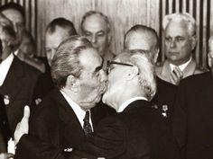 O Beijo Fraternal Socialista entre Leonid Brezhnev e Erich Honecker, em 1979.