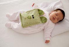 Que tal aprender a fazer uma bolsa anti-cólica para amenizar o desconforto do seu bebê? Vem ver como é fácil produzir a sua e receba sorrisos em troca!