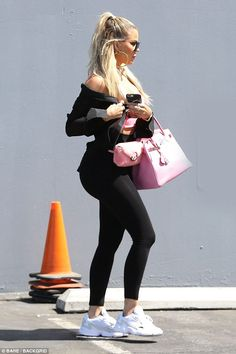 New moms 624733779540705207 - Contours: The new mom rocked skin-tight black leggings with and equally fitted pink sports bra Source by mathildemerzouk Khloe Kardashian Outfits, Koko Kardashian, Estilo Kardashian, Kardashian Family, Kardashian Jenner, Kardashian Fashion, Vetements Shoes, Estilo Vanessa Hudgens, Star Fashion