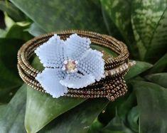 Handmade bohemian flower jewelry made with de LaTitaBijouxJewelry Bohemian Flowers, Woven Bracelets, Flower Bracelet, Wedding Jewelry, Handmade Jewelry, Fashion Jewelry, Jewelry Making, Leaf Ring, Green Stone