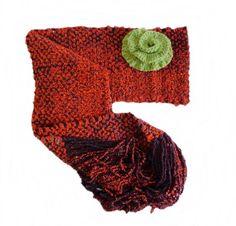 Cachecol tramado em tear manual com fio mesclado em acrílico e flor verde em crochê.