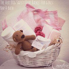 The Very Big Safety Baby Basket For Girls: Nap & Bath es una canastita de regalo para bebita recién nacida con una paleta de color clásica y rosita y una fina selección de productos para bebé con una temática de safety. Incluye almohada anti-ahogo para siesta y memory foam board para uso en tina así como frazadas hipoalergénicas, pañaleritos y teddy, nuestro osito chocolate estilo vintage en una cálida canasta de mimbre.  $ 980 Pesos PARA COMPRAR EN LÍNEA HAZ CLICK AQUÍ