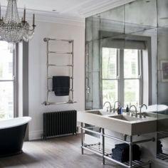 Vrijstaande wastafel, benadrukt door de spiegelwand #badkamer ...