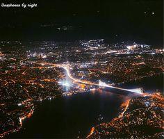 伊斯坦布爾與博斯普魯斯海峽大橋的美麗夜景。 ©ahmet.erdem