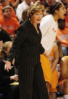 Tennessee women's basketball coach Pat Summitt steps down