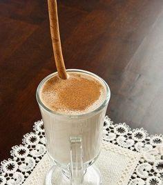 В блендере смешайте молоко, тофу, очищенный и нарезанный кусочками банан, 1 столовую ложку сахара, кофе и лед. Взбейте до однородной массы, добавив по необходимости еще сахара.