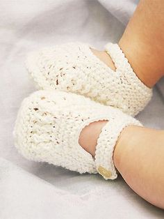 Knit single-strap baby booties: free knitting pattern.