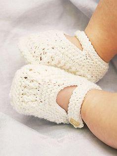 Knit single-strap baby booties: free knitting pattern.