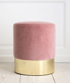 Loving this vintage inspired velvet stool in blush pink with a brass base by Italian designer Azucena: Cilindro stool with rose velvet upholstery and brass base. Reproduction of the stool designed by Luigi Caccia Dominioni, H x Ø 40 cm - theapartment. Elegant Home Decor, Elegant Homes, Pale Dogwood, Home Furniture, Furniture Design, Plywood Furniture, Bathroom Furniture, Bathroom Interior, Deco Pastel
