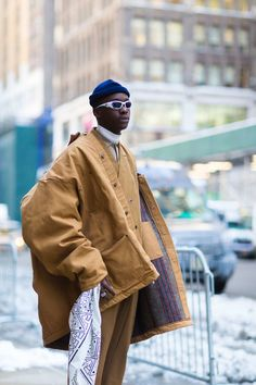 American actor Ashton Sanders known for the movie Moonlight wearing beige dickies and Cos shirt before Calvin Klein show during New York Fashion Week Fall Winter 2017 Men Street, Street Wear, Sport Mode, New Yorker Mode, Fashion Outfits, Mens Fashion, Fashion Check, Workwear Fashion, Fashion Blogs