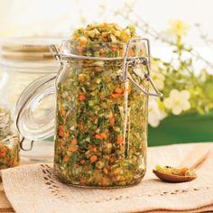 Ce mélange de fines herbes fraîches saumurées n'a pas son pareilpour parfumer une foule de plats. Il donnera un air d'été à vos soupes,potages, vinaigrettes, purées de pommes de terre, mijotés et omelettes. Relish Sauce, Marinade Sauce, Sauce Salsa, Vegetable Salad, Vegetable Recipes, Canning Recipes, Beef Recipes, Confort Food, Charlevoix