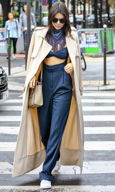 Look de Kendall Jenner durante a Paris Fashion Week.