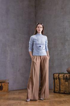 Tässä on malliesimerkki osuvasta  – ja vaivattomasta – asuyhdistelmästä tälle kaudelle: housuissa ekstraleveät lahkeet ja simppeli neule raikkaassa vaaleansinisessä. Designerikaksikko Hanson & Laumets suosittelee sijoittamaan laadukkaaseen cashmere-neuleeseen. Se on  aina varma ja muodikas valinta sekä lämmittää syysiltoina. #eckeröline #ivonikkolo #muoti #fashion #mood