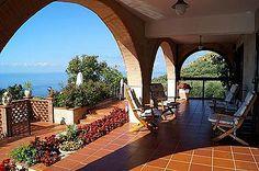 Ferienhaus: Villa Erasmo - Auf der vorderen Terrasse bietet ein überdachter Bereich ein schattiges Plätzchen an heißen Tagen. - www.cilento-ferien.de