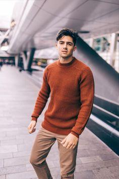 Men's Fashion Bible - Mens fashion trends - Source by derekahmoto fashion men casual Man Street Style, Street Style Outfits, Outfits Casual, Fall Fashion Outfits, Mode Outfits, Fall Fashion Trends, Sweater Fashion, Men Sweater, Men Casual