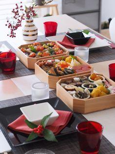 難しく考えないで伝統だけじゃない今年は手づくりで私らしいおせちの形 Japanese Table, Japanese New Year, Japanese Sweets, Japanese Food, Sushi Party, Sushi Set, Food Decoration, Table Decorations, Japanese Theme Parties