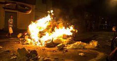 Moradores do Jardim Vaz de Lima, na zona sul de São Paulo, realizam protesto na noite desta segunda-feira (11) e fazem barricadas com lixo e madeira na avenida Comendador Antunes dos Santos, bloqueando a via. A manifestação foi uma represália por conta da última ação policial no local, que acabou com uma pessoas morta